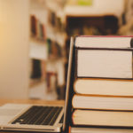 książki i laptop